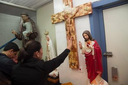 עובדים זרים מהפיליפינים בכנסייה מאולתרת בחדר מדרגות