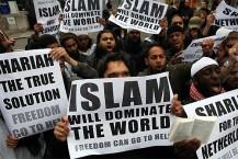 """לא מסתירים את תכניתם: מוסלמים מפגינים עם שלטי """"האסלאם ישלוט בעולם"""""""