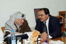 אחמד טיבי (משמאל) עם ערפאת בזמן ששימש כיועצו