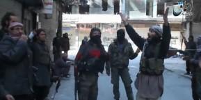אנשי דאעש מסיירים במחנה אותו כבשו