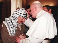 האפיפיור יוחנן פאולוס השני עם רב המרצחים יאסר ערפאת