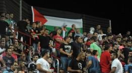"""מראה שגרתי ביציעי האוהדים הערבים במשחקי הליגה בישראל (דגל אש""""ף מונף ביציע אוהדי סכנין)"""