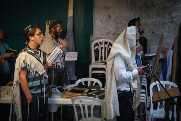 Young Jews pray at the site of last week's deadly stabbing attack in the Muslim Quarter in Jerusalem's Old City on October 8, 2015. Photo by Hadas Parush/Flash90 *** Local Caption *** îùèøä îçñåí æéøä ôéâåò ã÷éøä ðçîéä ìáéà øåáò îåñìîé ñéåø