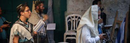 Young Jews pray at the site of last week's deadly stabbing attack in the Muslim Quarter in Jerusalem's Old City on October 8, 2015. Photo by Hadas Parush/Flash90 *** Local Caption *** îùèøä  îçñåí æéøä ôéâåò ã÷éøä ðçîéä ìáéà øåáò îåñìîé ñéåø