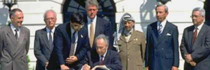 shimon_peres_signs_oslo_accord_on_white_house_lawn_-_copy